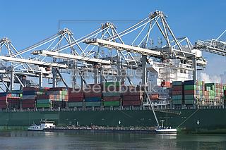 nationalebeeldbank_2012-11-762801-2_containerschip-in-rotterdam